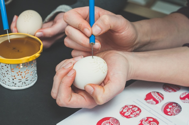 Decorating an Easter egg with wax